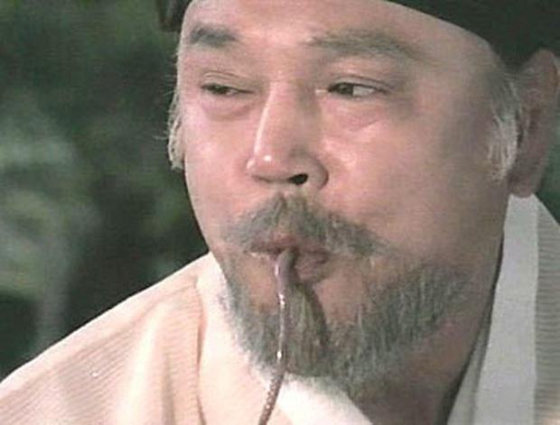 Sợ hãi trước 4 cảnh ăn động vật sống thật 100% ở phim Hàn: Nhai rắn nguyên con chưa bằng ăn cả tô giun đất - Ảnh 6.