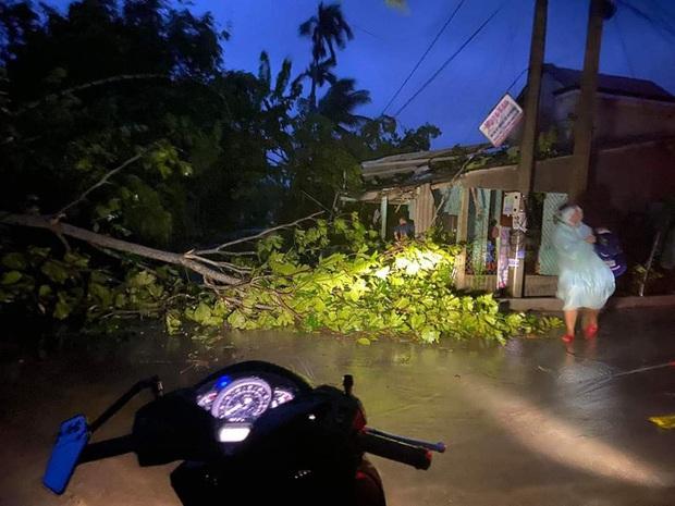 Quảng Nam đang có gió mạnh, lốc xoáy làm tốc mái nhiều nhà dân  - Ảnh 2.