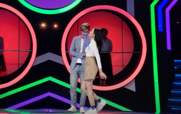 Nam ca sĩ Việt gây tranh cãi vì nhìn chằm chằm vòng 1 và tới tấp hôn cô gái trên show hẹn hò - Ảnh 4.