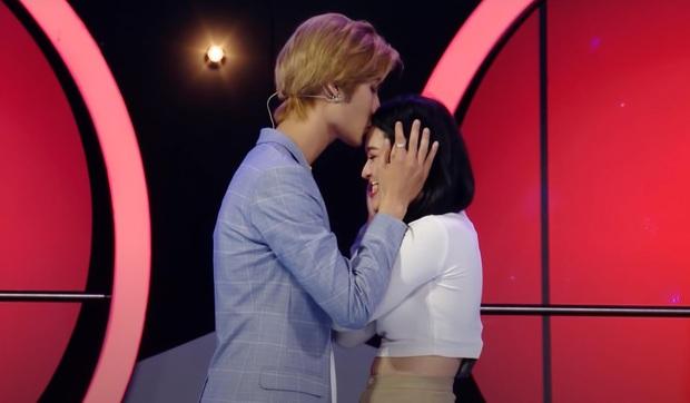 Nam ca sĩ Việt gây tranh cãi vì nhìn chằm chằm vòng 1 và tới tấp hôn cô gái trên show hẹn hò - Ảnh 6.