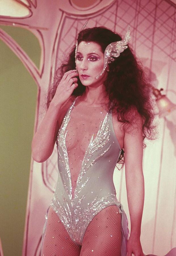 Ma cà rồng làng mốt Cher: Bà chúa đồ xuyên thấu, nguồn cảm hứng cho chị em Kendall lẫn Emrata phải copy ở Met Gala - Ảnh 10.
