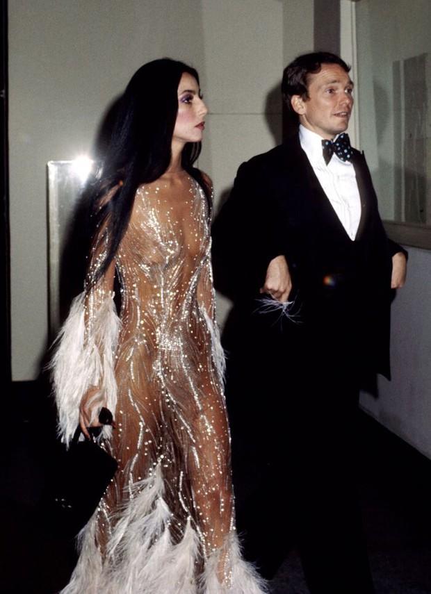 Ma cà rồng làng mốt Cher: Bà chúa đồ xuyên thấu, nguồn cảm hứng cho chị em Kendall lẫn Emrata phải copy ở Met Gala - Ảnh 9.