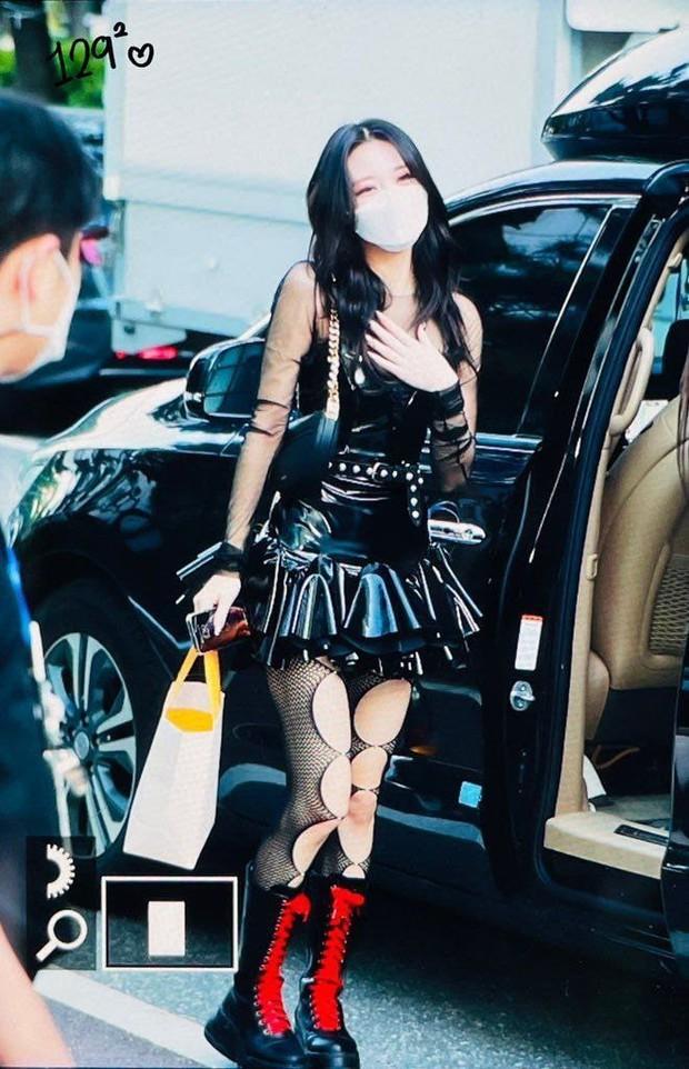 Stylist của ITZY hứng chịu chỉ trích khi để em út 2k3 mặc váy ngắn cũn, lộ cả thềm ngực - Ảnh 4.