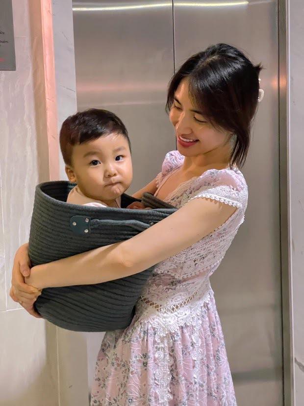 Bị nhắc nhở 1 thói quen không tốt cho quý tử mới 1 tuổi, mẹ bỉm Hoà Minzy giải thích thế nào? - Ảnh 9.