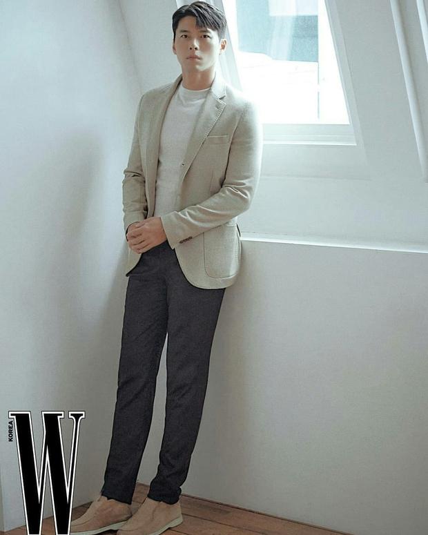 Nam thần Hyun Bin tung bộ ảnh lộ cả khuyết điểm mà chị em vẫn gào thét: Đúng là có người yêu vào có khác, visual lên hương hẳn - Ảnh 5.