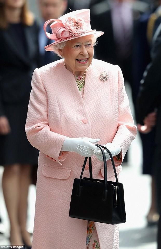 Ẩn ý trang phục của nữ hoàng Anh: Di chuyển nhẹ chiếc túi xách mà cũng khiến người ta sợ hãi! - Ảnh 1.