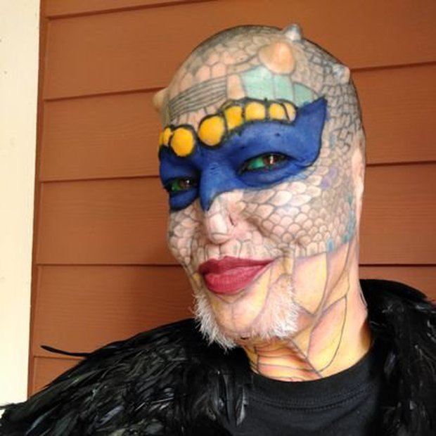 Cựu CEO ngân hàng cắt cụt tai, mũi, xẻ lưỡi và chuẩn bị cắt nốt của quý để biến thành người rồng không giới tính - Ảnh 1.