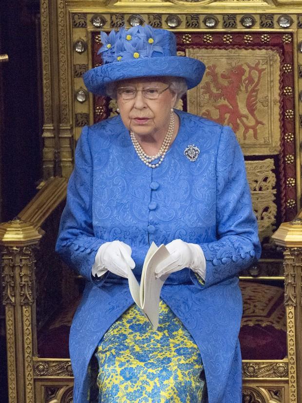 Ẩn ý trang phục của nữ hoàng Anh: Di chuyển nhẹ chiếc túi xách mà cũng khiến người ta sợ hãi! - Ảnh 5.