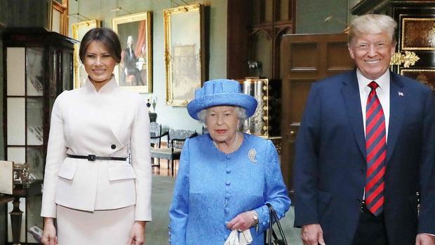 Ẩn ý trang phục của nữ hoàng Anh: Di chuyển nhẹ chiếc túi xách mà cũng khiến người ta sợ hãi! - Ảnh 6.