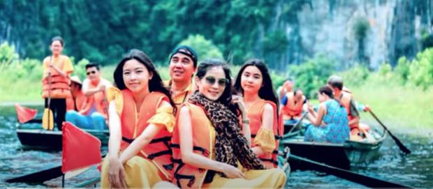 Hai con gái MC Quyền Linh toả sáng ở Ninh Bình, Lọ Lem cực hút với nhan sắc xinh như minh tinh Hong Kong - Ảnh 1.