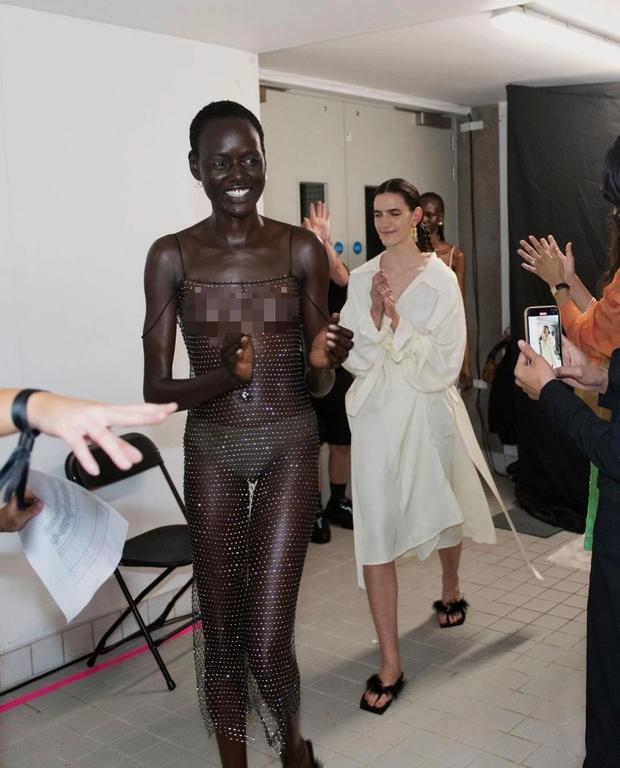 Choáng với người mẫu khoả thân trên sàn diễn tại London Fashion Week - Ảnh 4.