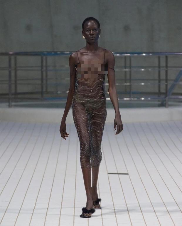 Choáng với người mẫu khoả thân trên sàn diễn tại London Fashion Week - Ảnh 2.