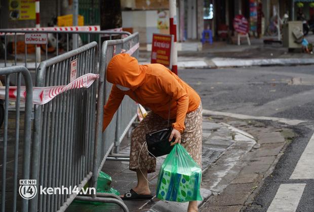 Ảnh: Phong toả 5 tiệm vàng trên phố Trần Nhân Tông sau ca dương tính SARS-CoV-2 sống tại ổ dịch cũ - Ảnh 6.
