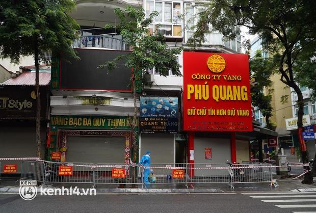 Ảnh: Phong toả 5 tiệm vàng trên phố Trần Nhân Tông sau ca dương tính SARS-CoV-2 sống tại ổ dịch cũ - Ảnh 1.