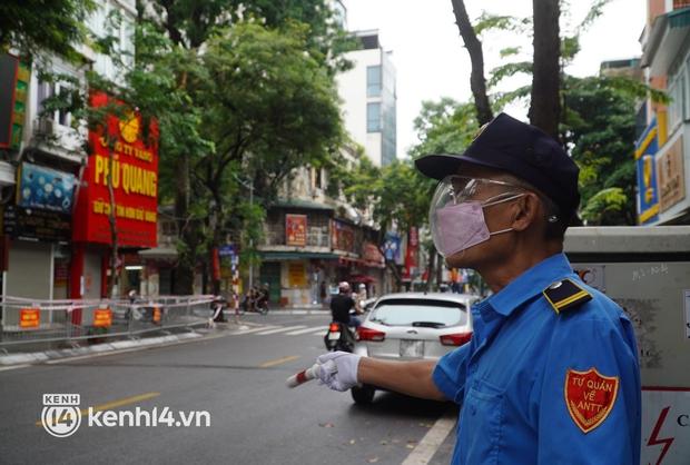 Ảnh: Phong toả 5 tiệm vàng trên phố Trần Nhân Tông sau ca dương tính SARS-CoV-2 sống tại ổ dịch cũ - Ảnh 4.