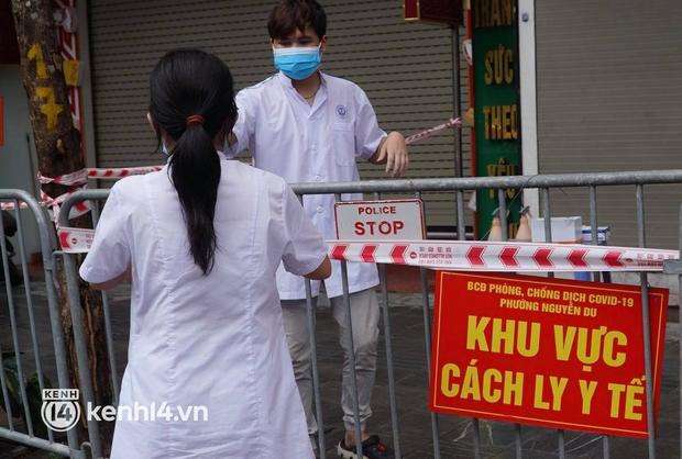 Ảnh: Phong toả 5 tiệm vàng trên phố Trần Nhân Tông sau ca dương tính SARS-CoV-2 sống tại ổ dịch cũ - Ảnh 3.