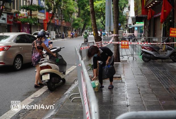 Ảnh: Phong toả 5 tiệm vàng trên phố Trần Nhân Tông sau ca dương tính SARS-CoV-2 sống tại ổ dịch cũ - Ảnh 7.