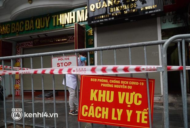 Ảnh: Phong toả 5 tiệm vàng trên phố Trần Nhân Tông sau ca dương tính SARS-CoV-2 sống tại ổ dịch cũ - Ảnh 8.
