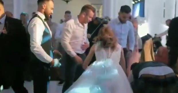 Video: Khoảnh khắc hội bạn ném chú rể lên cao nhưng không kịp đỡ lại, cảnh tượng hãi hùng sau đó làm cả hội trường cưới hoảng loạn - Ảnh 3.
