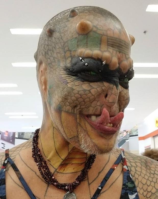 Cựu CEO ngân hàng cắt cụt tai, mũi, xẻ lưỡi và chuẩn bị cắt nốt của quý để biến thành người rồng không giới tính - Ảnh 2.