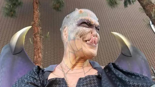 Cựu CEO ngân hàng cắt cụt tai, mũi, xẻ lưỡi và chuẩn bị cắt nốt của quý để biến thành người rồng không giới tính - Ảnh 4.