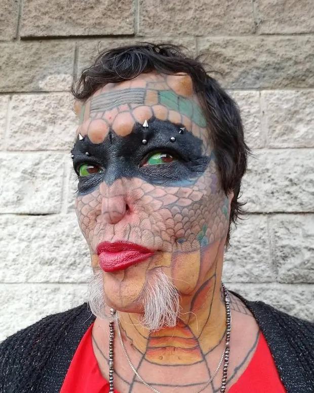 Cựu CEO ngân hàng cắt cụt tai, mũi, xẻ lưỡi và chuẩn bị cắt nốt của quý để biến thành người rồng không giới tính - Ảnh 3.