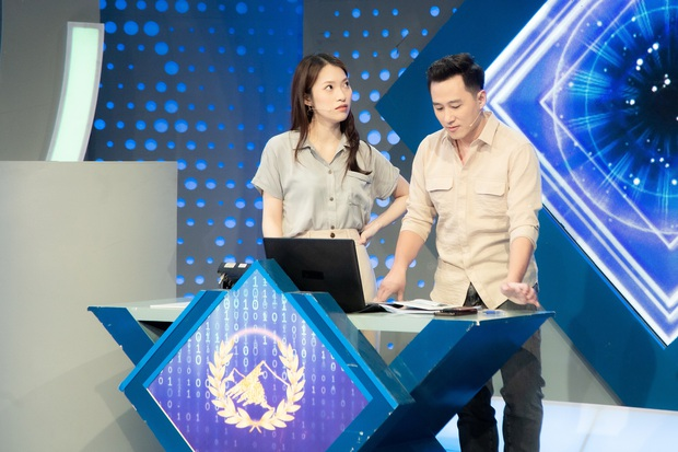 Những hình ảnh đầu tiên của Khánh Vy với vai trò MC Đường Lên Đỉnh Olympia: Nhan sắc và phong cách dẫn thế nào? - Ảnh 4.