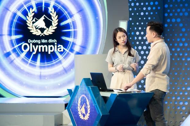 Những hình ảnh đầu tiên của Khánh Vy với vai trò MC Đường Lên Đỉnh Olympia: Nhan sắc và phong cách dẫn thế nào? - Ảnh 3.
