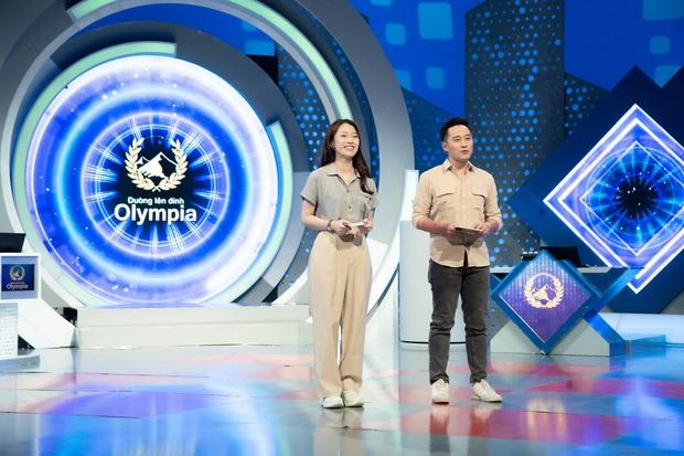 Những hình ảnh đầu tiên của Khánh Vy với vai trò MC Đường Lên Đỉnh Olympia: Nhan sắc và phong cách dẫn thế nào? - Ảnh 6.