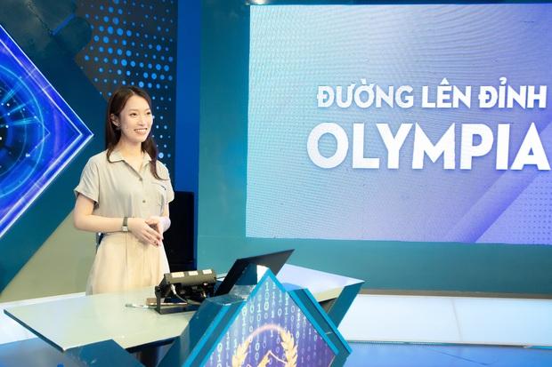 Những hình ảnh đầu tiên của Khánh Vy với vai trò MC Đường Lên Đỉnh Olympia: Nhan sắc và phong cách dẫn thế nào? - Ảnh 7.