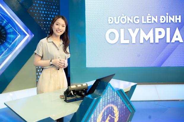 Những hình ảnh đầu tiên của Khánh Vy với vai trò MC Đường Lên Đỉnh Olympia: Nhan sắc và phong cách dẫn thế nào? - Ảnh 1.