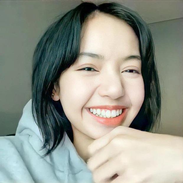 Lisa (BLACKPINK) hé lộ diện mạo ngày đầu đến Hàn Quốc: Tomboy tóc ngắn cũn, nhưng làm dấy lên nghi vấn dao kéo? - Ảnh 9.