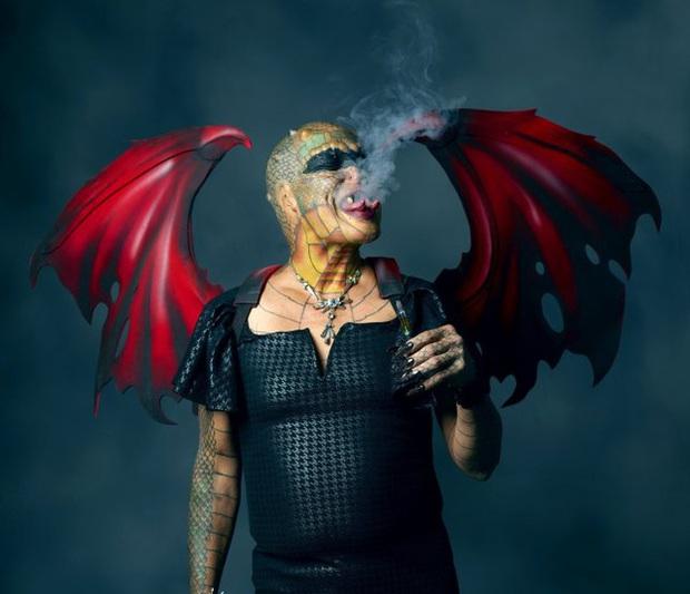 Cựu CEO ngân hàng cắt cụt tai, mũi, xẻ lưỡi và chuẩn bị cắt nốt của quý để biến thành người rồng không giới tính - Ảnh 5.