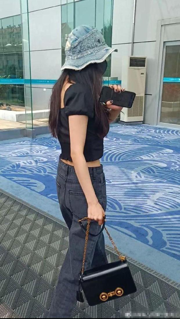 Dương Mịch rất ít khi mặc quần dài dù sở hữu vóc dáng cực chuẩn, chỉ cần nhìn 2 bức ảnh sẽ rõ khuyết điểm body ít ai nhận ra - Ảnh 3.