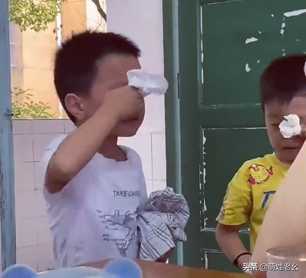 Hai cậu bé đánh nhau bị cô giáo gọi lên phê bình, cái kết bẻ lái khiến dân mạng cười ra nước mắt - Ảnh 1.