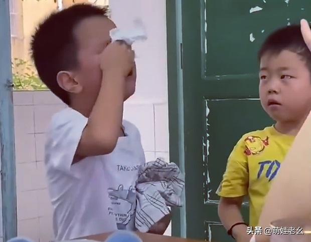 Hai cậu bé đánh nhau bị cô giáo gọi lên phê bình, cái kết bẻ lái khiến dân mạng cười ra nước mắt - Ảnh 2.