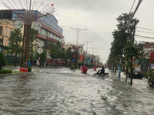 Bão số 6 gây mưa lớn, nhiều nhà dân bị tốc mái do lốc xoáy - Ảnh 1.
