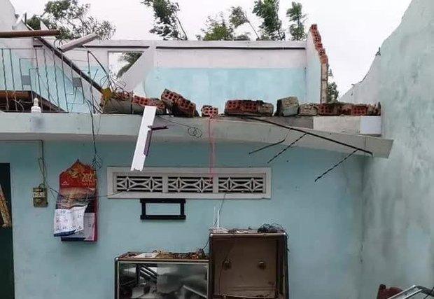 Bão số 6 gây mưa lớn, nhiều nhà dân bị tốc mái do lốc xoáy - Ảnh 2.