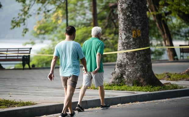 CDC Hà Nội: Người dân chỉ ra đường khi thật sự cần thiết chứ không phải để đi tập thể dục, đi dạo - Ảnh 1.