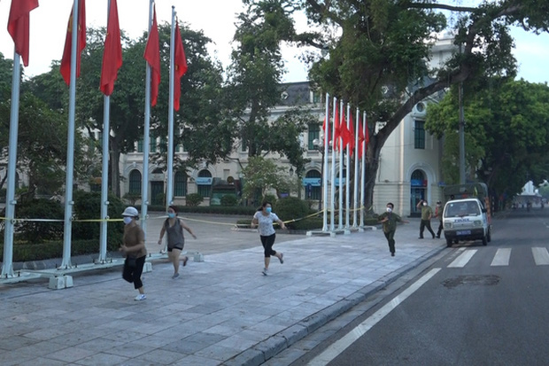 CDC Hà Nội: Người dân chỉ ra đường khi thật sự cần thiết chứ không phải để đi tập thể dục, đi dạo - Ảnh 2.