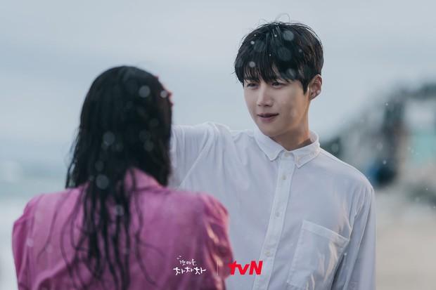 4 khoảnh khắc nhũn tim ở Hometown Cha-Cha-Cha: Shin Min Ah - Kim Seon Ho lăn giường ngọt lịm người luôn! - Ảnh 7.
