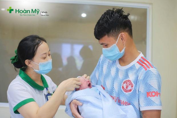 Phạm Xuân Mạnh hạnh phúc đón con đầu lòng - Ảnh 2.