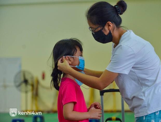 Ảnh: Gần 100 người dân ở ổ dịch Thanh Xuân Trung hoàn thành cách ly, mặc áo bảo hộ kín mít, đội mưa trở về nhà - Ảnh 7.
