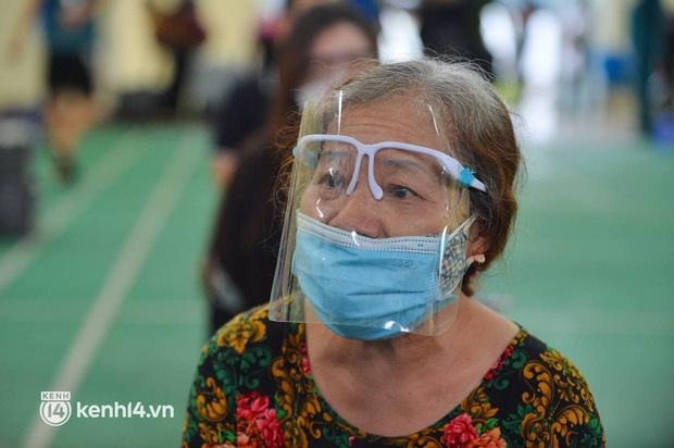 Ảnh: Gần 100 người dân ở ổ dịch Thanh Xuân Trung hoàn thành cách ly, mặc áo bảo hộ kín mít, đội mưa trở về nhà - Ảnh 10.