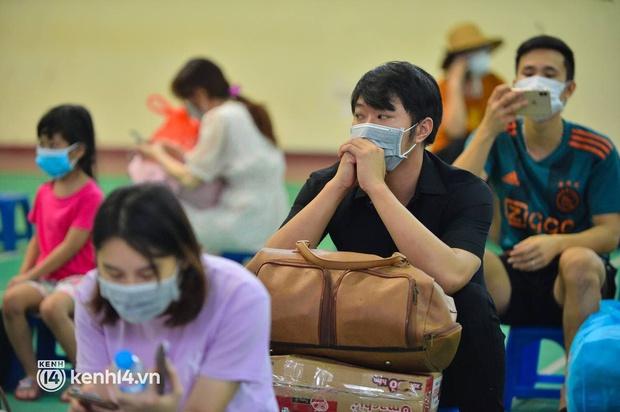 Ảnh: Gần 100 người dân ở ổ dịch Thanh Xuân Trung hoàn thành cách ly, mặc áo bảo hộ kín mít, đội mưa trở về nhà - Ảnh 12.