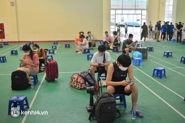 Ảnh: Gần 100 người dân ở ổ dịch Thanh Xuân Trung hoàn thành cách ly, mặc áo bảo hộ kín mít, đội mưa trở về nhà - Ảnh 13.