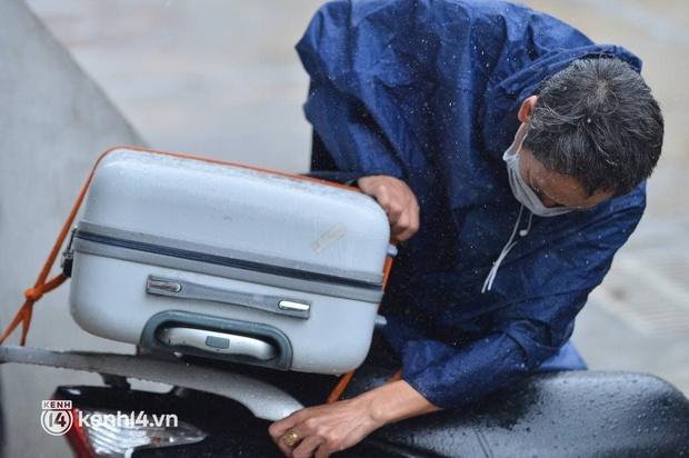 Ảnh: Gần 100 người dân ở ổ dịch Thanh Xuân Trung hoàn thành cách ly, mặc áo bảo hộ kín mít, đội mưa trở về nhà - Ảnh 11.