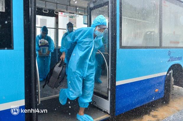 Ảnh: Gần 100 người dân ở ổ dịch Thanh Xuân Trung hoàn thành cách ly, mặc áo bảo hộ kín mít, đội mưa trở về nhà - Ảnh 2.