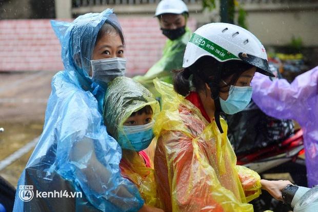 Ảnh: Gần 100 người dân ở ổ dịch Thanh Xuân Trung hoàn thành cách ly, mặc áo bảo hộ kín mít, đội mưa trở về nhà - Ảnh 9.