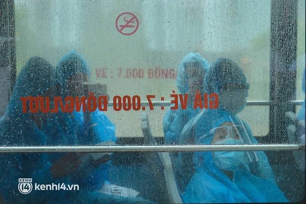 Ảnh: Gần 100 người dân ở ổ dịch Thanh Xuân Trung hoàn thành cách ly, mặc áo bảo hộ kín mít, đội mưa trở về nhà - Ảnh 1.